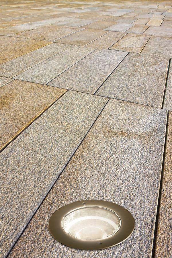 Τοποθετημένος λαμπτήρας πατωμάτων σε ένα σύγχρονο πεζοδρόμιο πετρών στοκ φωτογραφίες