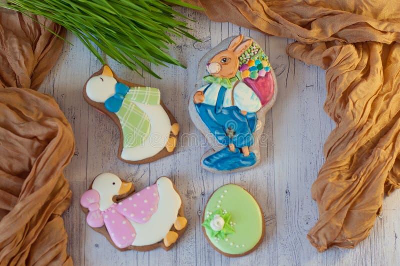 Τοπ άποψη σχετικά με τα χαριτωμένα μπισκότα μελοψωμάτων στις μορφές του κουνελιού, χήνα, αυγό στον άσπρο πίνακα compisition Πάσχα στοκ φωτογραφίες