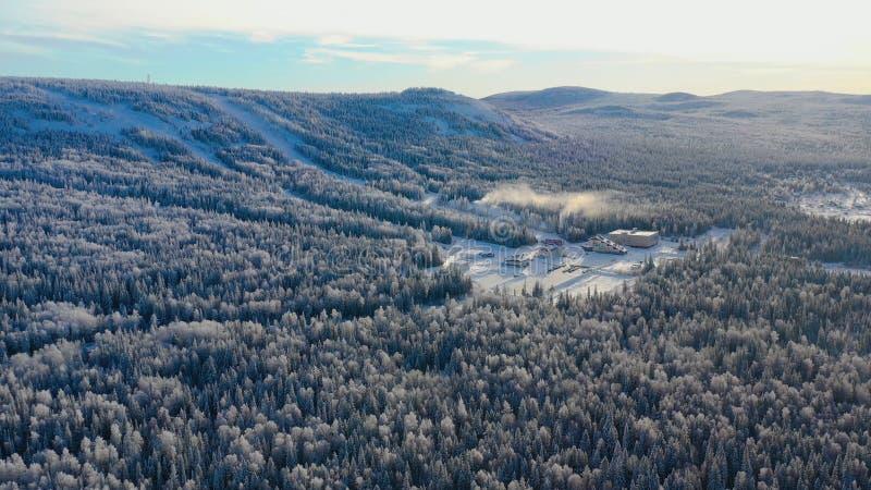 Τοπ άποψη της βάσης σκι με τις κλίσεις στο βουνό footage Πανόραμα των χιονισμένων βουνών με τις κλίσεις και την αναψυχή σκι στοκ φωτογραφία με δικαίωμα ελεύθερης χρήσης