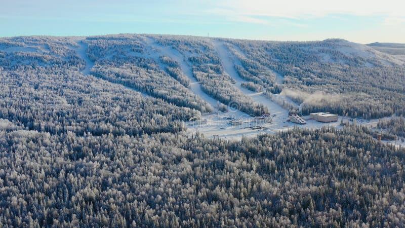 Τοπ άποψη της βάσης σκι με τις κλίσεις στο βουνό footage Πανόραμα των χιονισμένων βουνών με τις κλίσεις και την αναψυχή σκι στοκ φωτογραφίες με δικαίωμα ελεύθερης χρήσης