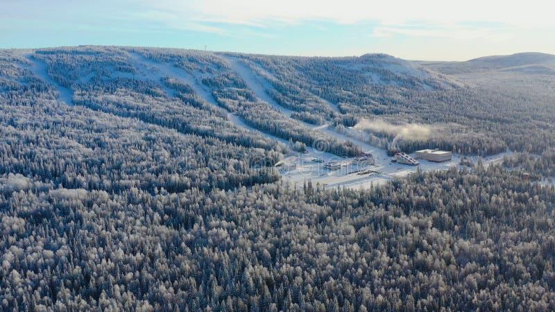 Τοπ άποψη της βάσης σκι με τις κλίσεις στο βουνό footage Πανόραμα των χιονισμένων βουνών με τις κλίσεις και την αναψυχή σκι στοκ εικόνα
