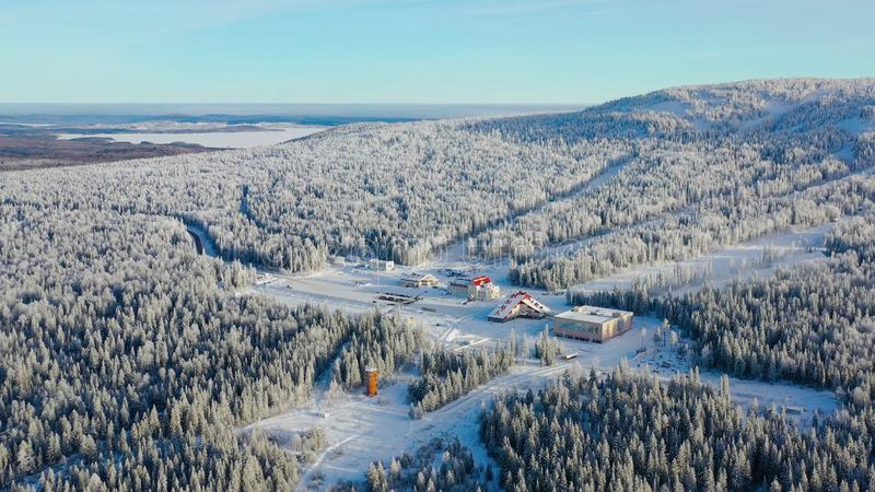Τοπ άποψη του χιονοδρομικού κέντρου στο πόδι του βουνού footage Το απομονωμένο χιονοδρομικό κέντρο στο πόδι του λόφου με τις κλίσ στοκ εικόνα