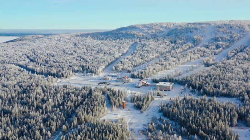 Τοπ άποψη του χιονοδρομικού κέντρου στο πόδι του βουνού footage Το απομονωμένο χιονοδρομικό κέντρο στο πόδι του λόφου με τις κλίσ στοκ εικόνες
