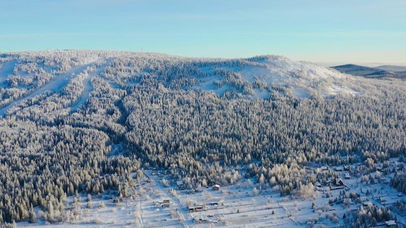Τοπ άποψη του χιονοδρομικού κέντρου στο πόδι του βουνού footage Το απομονωμένο χιονοδρομικό κέντρο στο πόδι του λόφου με τις κλίσ στοκ φωτογραφία με δικαίωμα ελεύθερης χρήσης