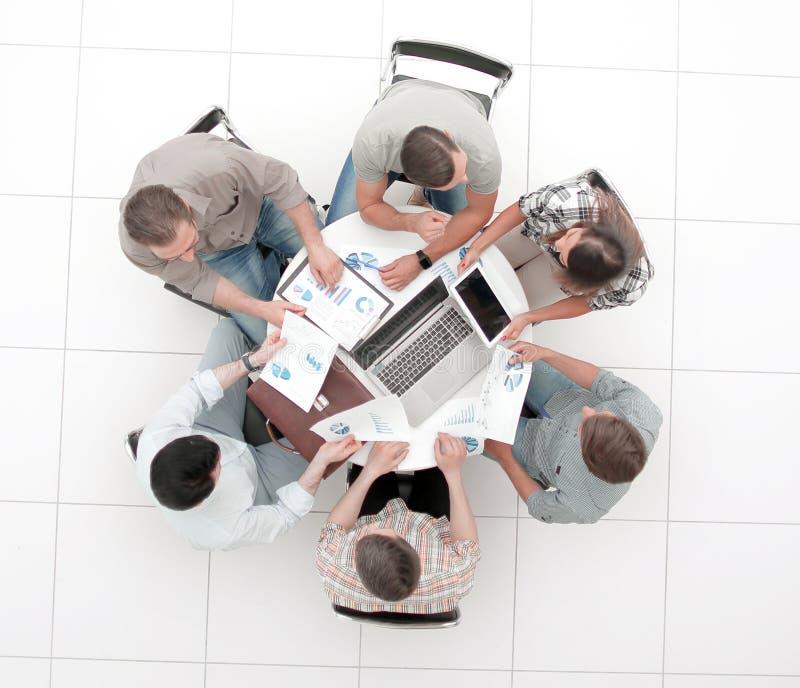 Τοπ όψη επιχειρησιακή ομάδα που συζητά τα οικονομικά ζητήματα στοκ εικόνα
