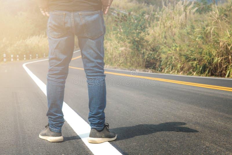 Το άτομο στέκεται στην οδό στοκ φωτογραφία
