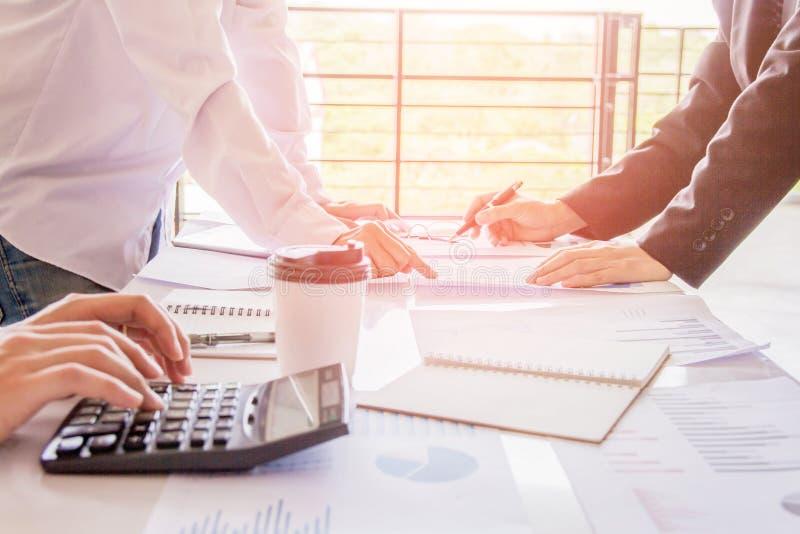 Το άτομο χεριών που κάνει τους πόρους χρηματοδότησης και υπολογίζει το επίδομα επάνω στο γραφείο στοκ φωτογραφίες