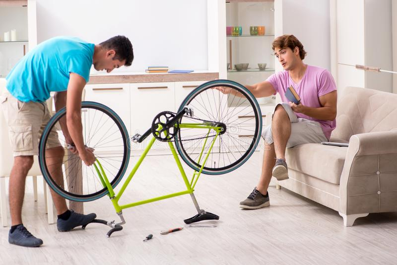 Το άτομο που επισκευάζει το σπασμένο ποδήλατό του στοκ φωτογραφία με δικαίωμα ελεύθερης χρήσης