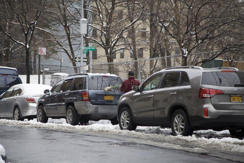Το άτομο Bronx καθαρίζει το όχημά του μετά από τη θύελλα χιονιού στοκ εικόνα με δικαίωμα ελεύθερης χρήσης