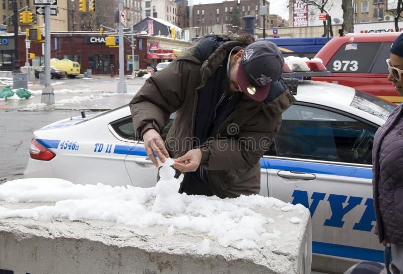 Το άτομο Bronx διασκεδάζεται χτίζοντας μίνι άτομο χιονιού στοκ εικόνες με δικαίωμα ελεύθερης χρήσης