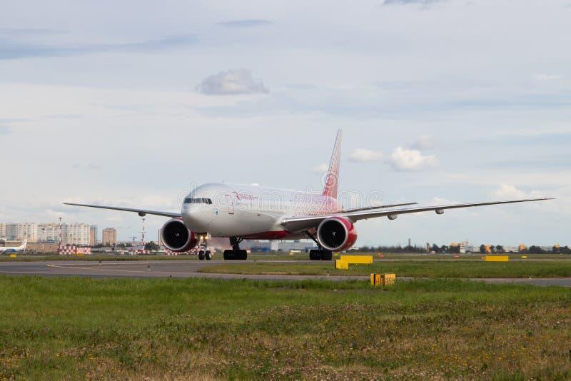 Το αεροπλάνο στον αερολιμένα κινείται Boeing 777-300 αερογραμμές Ρωσία Ανώτερος υπάλληλος που επισημαίνει σε Pulkovo στις 15 Αυγο στοκ εικόνες