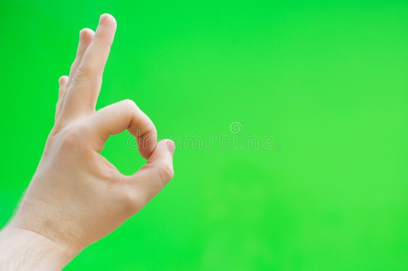 Το αρσενικό χέρι παρουσιάζει εντάξει χειρονομία στοκ εικόνα με δικαίωμα ελεύθερης χρήσης