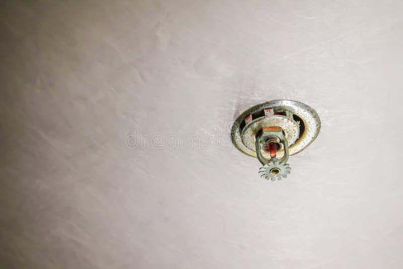 Το αυτόματο σύστημα ψεκαστήρων πυρκαγιάς εγκαθιστά στο ανώτατο όριο για την εξάλειψη από το κεφάλι από το θα ψεκάσει το νερό στο  στοκ φωτογραφία