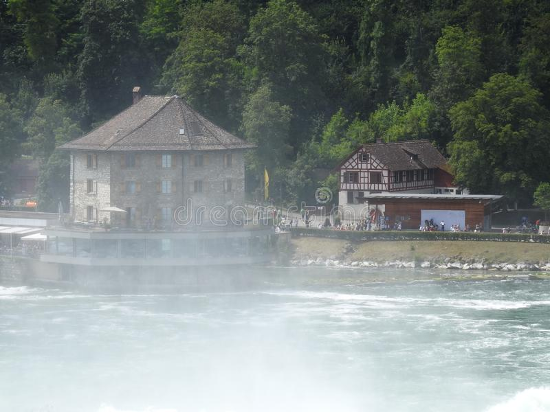 Το ελβετικό νερό πέφτει κοντά σε Shafhausen στοκ εικόνες