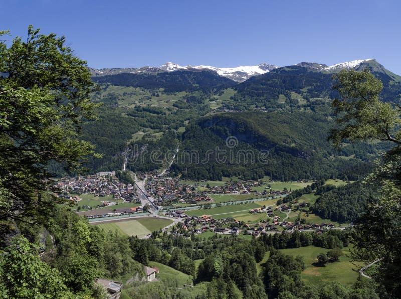 Το ελβετικό χωριό στην κοιλάδα κοντά σε Reichenbach πέφτει (Reichenbachfall) στις ελβετικές Άλπεις στοκ εικόνες
