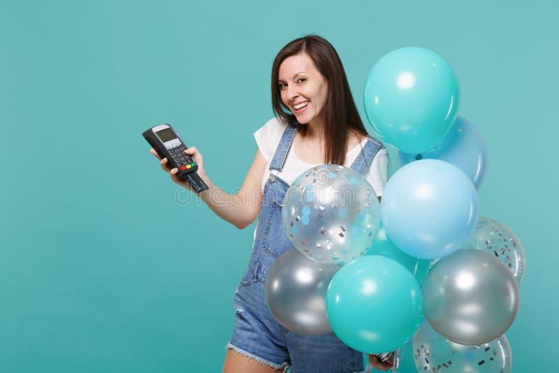 Το εύθυμο γυναικών τερματικό πληρωμής τραπεζών λαβής ασύρματο σύγχρονο στη διαδικασία, αποκτά τα ζωηρόχρωμα μπαλόνια αέρα πληρωμώ στοκ φωτογραφίες