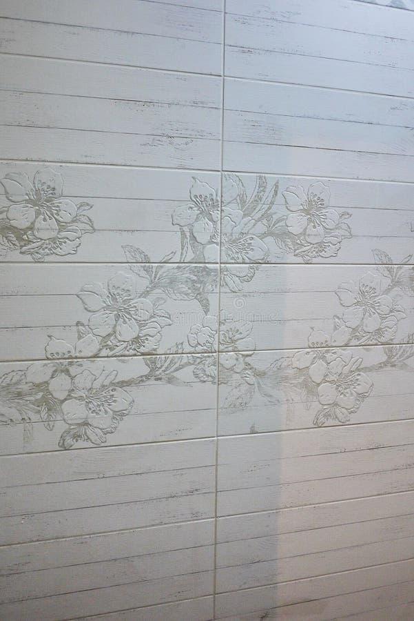Το εσωτερικό του λουτρού είναι διακοσμημένο με τα όμορφα κεραμίδια με το τοπίο της φύσης στοκ φωτογραφίες