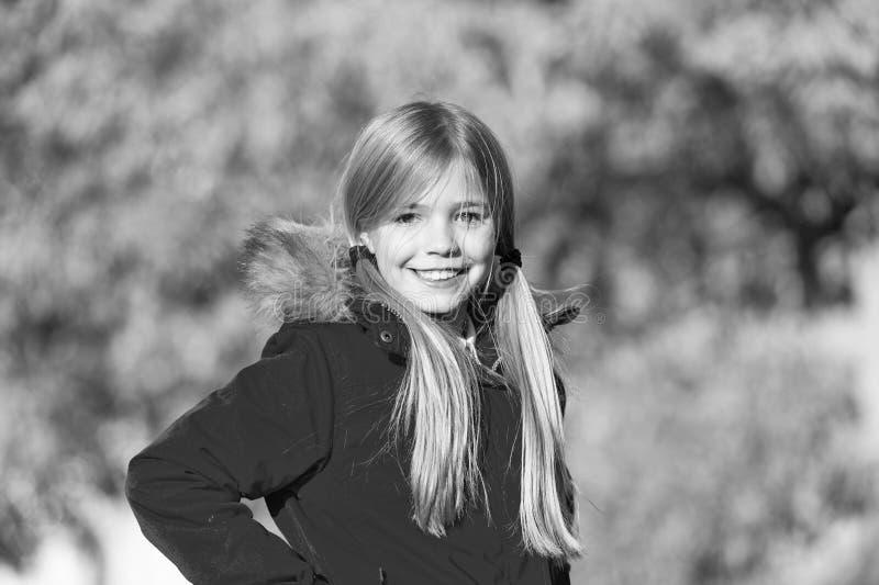 Το ευτυχές μικρό κορίτσι παίρνει την ευχαρίστηση στο σπάσιμο Σαββατοκύριακου Το μικρό ευτυχές χαμόγελο κοριτσιών απολαμβάνει κατά στοκ φωτογραφία