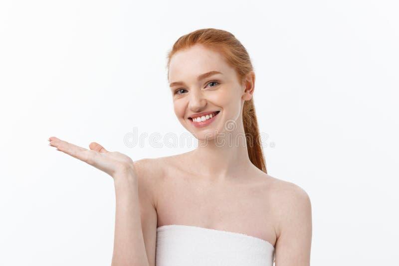 Το ευτυχές όμορφο κορίτσι είναι ευτυχές ότι το χαμόγελο και το γέλιο φαίνονται ευθέα Εκφραστικές εκφράσεις του προσώπου Cosmetolo στοκ φωτογραφίες με δικαίωμα ελεύθερης χρήσης