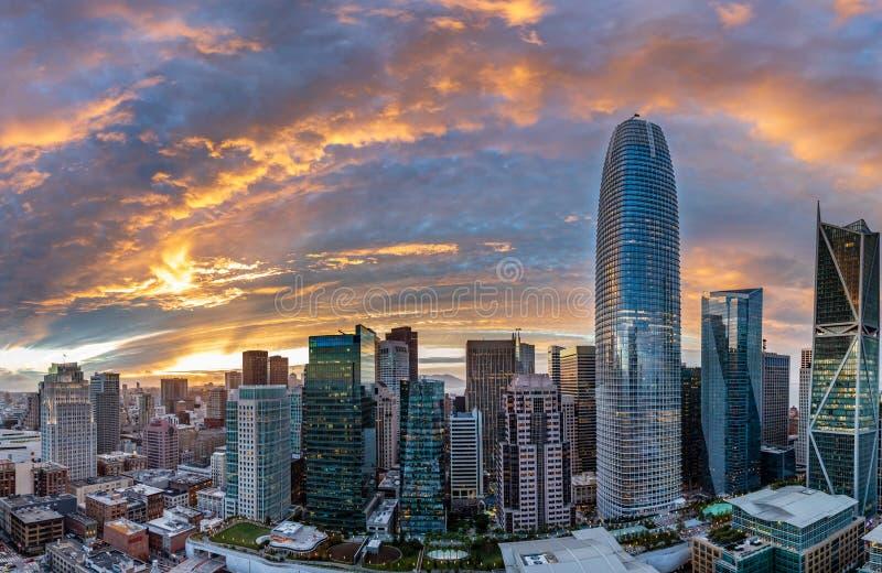 Το ηλιοβασίλεμα πέρα από το Σαν Φρανσίσκο δημιουργεί έναν πορτοκαλή και κόκκινο φωτοστέφανο πέρα από την πόλη στοκ εικόνες