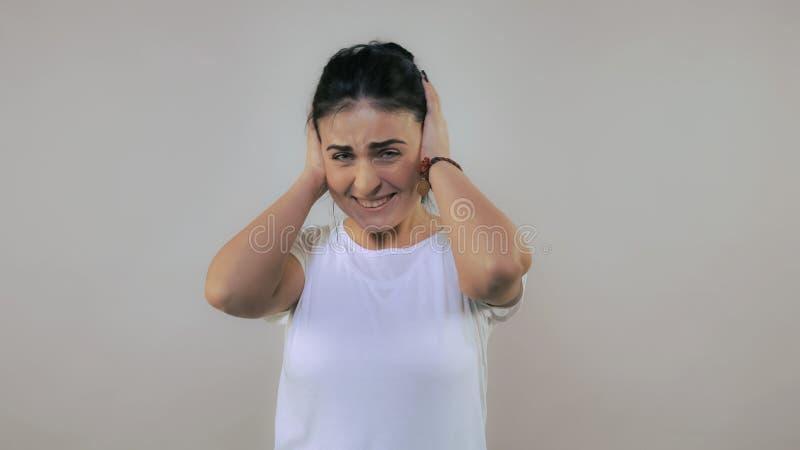 Το θηλυκό παρουσιάζει στο σημάδι κακή μουσική στοκ εικόνα