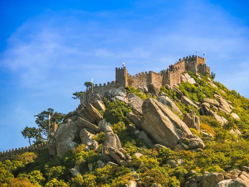 το κάστρο δένει το sintra Πορτογαλία στην έναρξη καλά στοκ φωτογραφίες