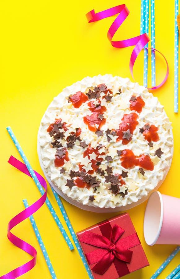Το κέικ γενεθλίων στρώματος σφουγγαριών με την κτυπημένη κρέμα που παγώνει το αστέρι σοκολάτας γάλακτος ψεκάζει τη μαρμελάδα φραο στοκ εικόνα