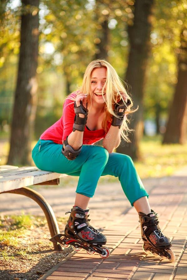 Το κορίτσι στους κυλίνδρους έχει τη διασκέδαση στο θερινό πάρκο πόλεων, απολαμβάνοντας υγιή lifestile στοκ εικόνες με δικαίωμα ελεύθερης χρήσης