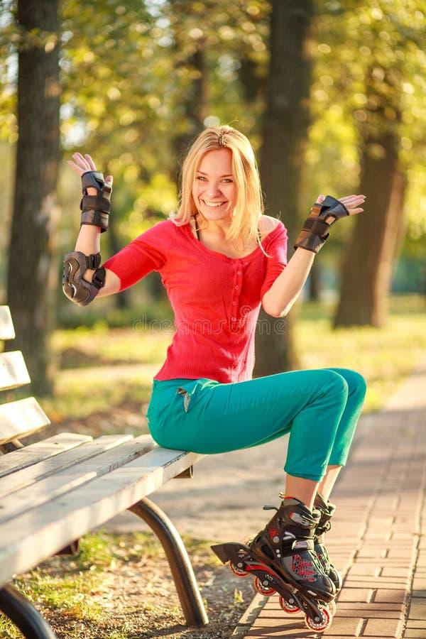 Το κορίτσι στους κυλίνδρους έχει τη διασκέδαση στο θερινό πάρκο πόλεων, απολαμβάνοντας υγιή lifestile στοκ φωτογραφίες με δικαίωμα ελεύθερης χρήσης