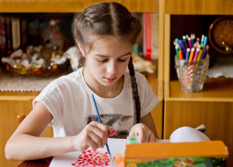 Το κορίτσι συμμετέχει στην αγαπημένη επιχείρηση, σύρει τα χρώματα στοκ φωτογραφία με δικαίωμα ελεύθερης χρήσης