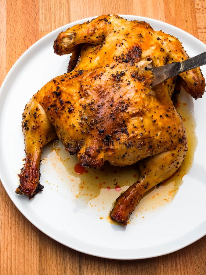 Το κοτόπουλο ψητού με το τριζάτο δέρμα στο λούστρο σάλτσας σόγιας μελιού, Ασιάτης έψησε στη σχάρα, μαριναρισμένος στοκ φωτογραφίες με δικαίωμα ελεύθερης χρήσης