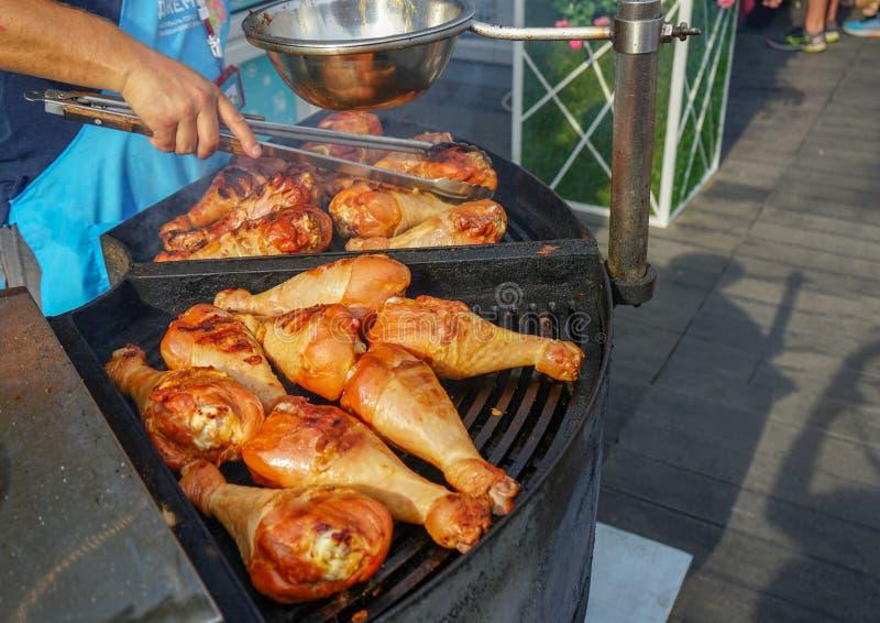 Το κρέας είναι μαγειρευμένο ψημένος στη σχάρα Σχάρα στους άνθρακες στοκ φωτογραφία με δικαίωμα ελεύθερης χρήσης