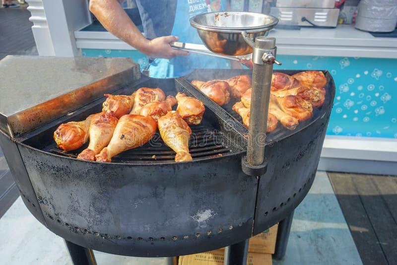 Το κρέας είναι μαγειρευμένο ψημένος στη σχάρα Σχάρα στους άνθρακες στοκ εικόνα