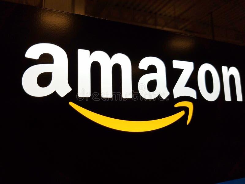 Το λογότυπο του Αμαζονίου στο μαύρο λαμπρό τοίχο στο καλύτερο της Χονολουλού αγοράζει το κατάστημα στοκ εικόνα με δικαίωμα ελεύθερης χρήσης