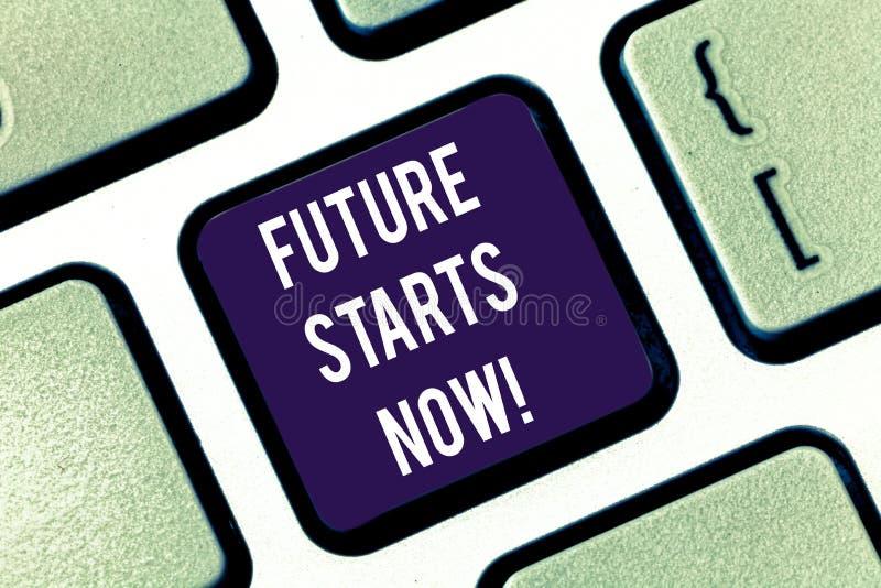 Το μέλλον κειμένων γραφής αρχίζει τώρα Η έννοια έννοιας ενθαρρύνει κάποιο για να αρχίσει από αυτό το κλειδί πληκτρολογίων στιγμής στοκ φωτογραφία