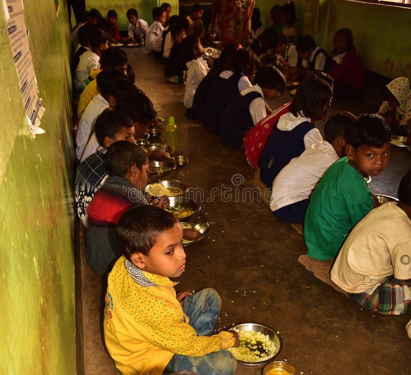 Το μέσο πρόγραμμα γεύματος ημέρας, μια πρωτοβουλία κυβέρνησης των Ινδιάνων, είναι τρέχοντας σε ένα δημοτικό σχολείο Οι μαθητές πα στοκ εικόνες