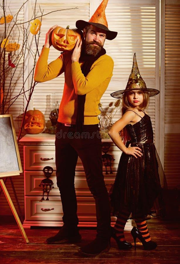 Το μικρό κορίτσι και ο πατέρας γιορτάζουν αποκριές Ο πατέρας και το μικρό κορίτσι απολαμβάνουν το κόμμα αποκριών Υπάρχει μαγικός  στοκ φωτογραφία