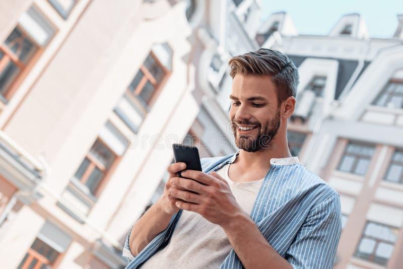 Το μόνο όριο στην πραγματοποίηση αύριό μας θα είναι οι αμφιβολίες σήμερά μας Το χαμογελώντας καφετής-μαλλιαρό άτομο με τα μπλε μά στοκ φωτογραφία με δικαίωμα ελεύθερης χρήσης