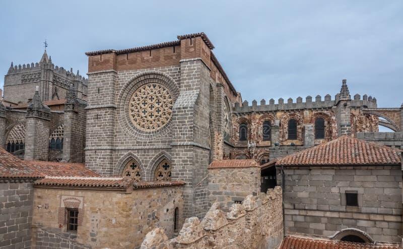 Το ναός-φρούριο Avila, Καστίλλη-Leon, Ισπανία Romanesque και γοτθικές μορφές Apse του froms ένας από τους πυργίσκους της πόλης στοκ εικόνες