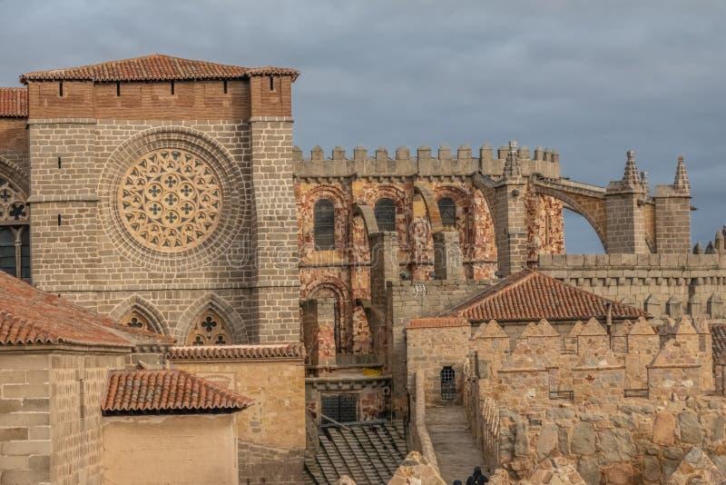 Το ναός-φρούριο Avila, Καστίλλη-Leon, Ισπανία Romanesque και γοτθικές μορφές Apse του froms ένας από τους πυργίσκους της πόλης στοκ εικόνα με δικαίωμα ελεύθερης χρήσης