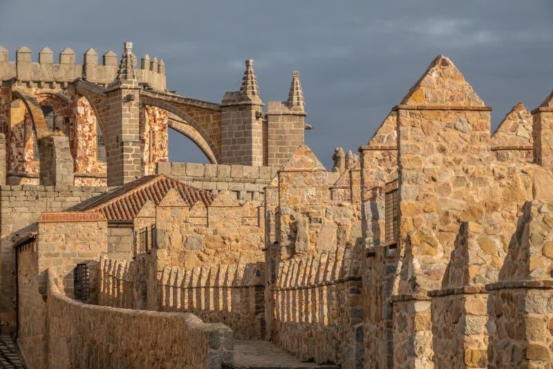 Το ναός-φρούριο Avila, Καστίλλη-Leon, Ισπανία Romanesque και γοτθικές μορφές Apse του froms ένας από τους πυργίσκους της πόλης στοκ εικόνα