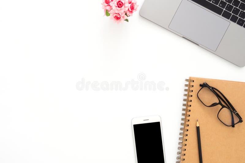 Το δημιουργικό επίπεδο βάζει τη φωτογραφία του γραφείου χώρου εργασίας Τοπ γραφείο γραφείων άποψης με το lap-top, τα γυαλιά, το τ στοκ φωτογραφία με δικαίωμα ελεύθερης χρήσης