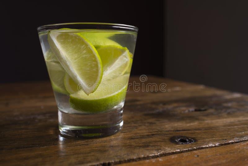 Το διάσημο βραζιλιάνο ποτό με το λεμόνι, τα σάκχαρα και το οινόπνευμα στοκ φωτογραφίες με δικαίωμα ελεύθερης χρήσης