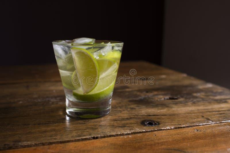 Το διάσημο βραζιλιάνο ποτό με το λεμόνι, τα σάκχαρα και το οινόπνευμα στοκ φωτογραφία