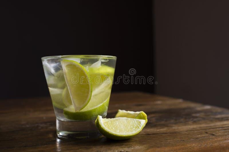 Το διάσημο βραζιλιάνο ποτό με το λεμόνι, τα σάκχαρα και το οινόπνευμα στοκ εικόνες με δικαίωμα ελεύθερης χρήσης