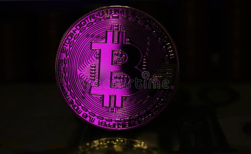 Το ρόδινο νόμισμα Bitcoin BTC περιβάλλεται από ένα θλιβερό υπόβαθρο στοκ εικόνα