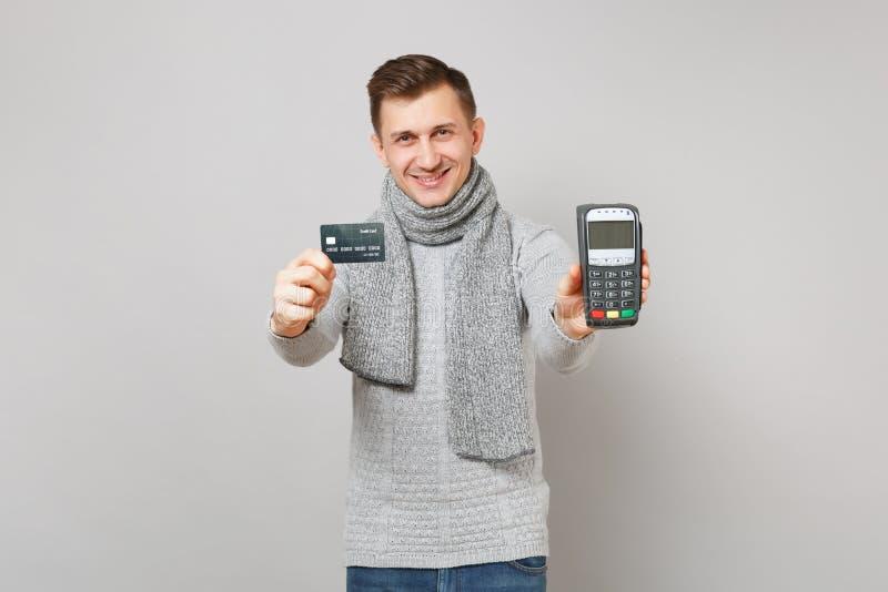 Το όμορφο άτομο που κρατά το ασύρματο σύγχρονο τερματικό πληρωμής τραπεζών στη διαδικασία, αποκτά τις πληρωμές με πιστωτική κάρτα στοκ φωτογραφίες με δικαίωμα ελεύθερης χρήσης