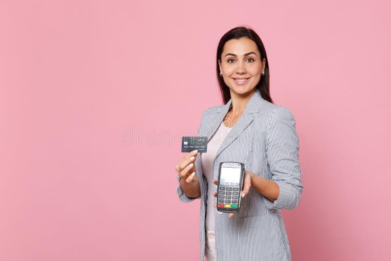 Το όμορφο γυναικών τερματικό πληρωμής τραπεζών λαβής ασύρματο σύγχρονο στη διαδικασία, αποκτά τις πληρωμές με πιστωτική κάρτα που στοκ φωτογραφίες με δικαίωμα ελεύθερης χρήσης