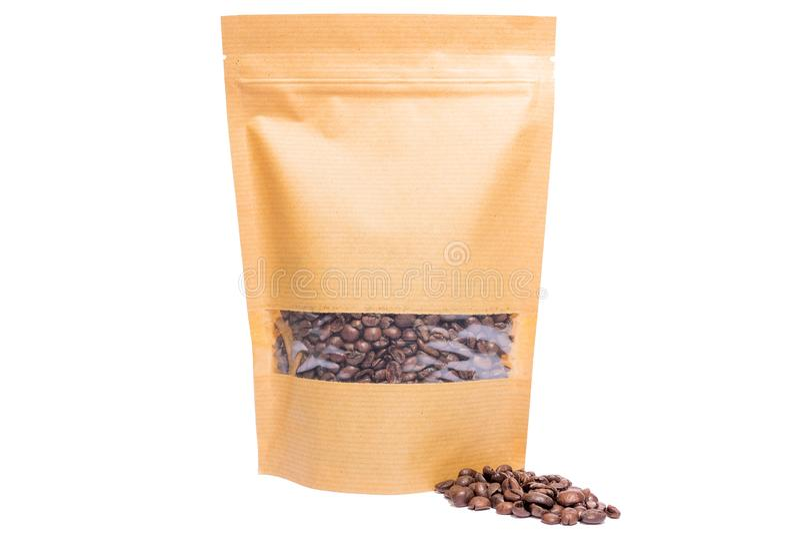 Το σαφές έγγραφο της Kraft doypack στέκεται επάνω τη σακούλα με το φερμουάρ παραθύρων που γεμίζουν με τα φασόλια καφέ στο άσπρο υ στοκ εικόνες με δικαίωμα ελεύθερης χρήσης