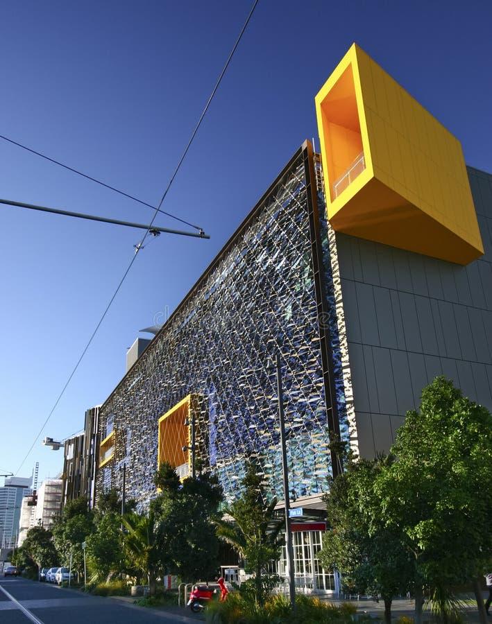Το σύγχρονο διαγώνιο δικτυωτό πλέγμα κάλυψε την πρόσοψη της έδρας τράπεζας ASB, βόρεια αποβάθρα, τέταρτο Wynyard, Ώκλαντ, Νέα Ζηλ στοκ φωτογραφία